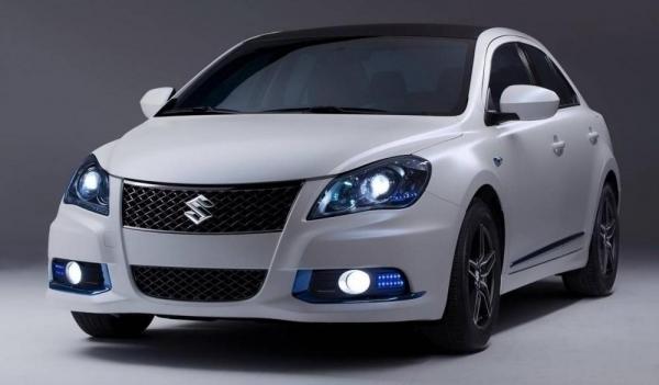 Suzuki Kizashi Ecocharge вид спереди с включенными фарами