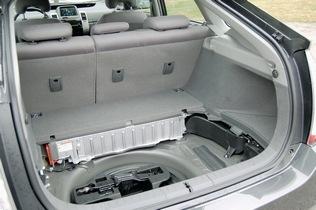 Никель-металл-гидридная батарея Приуса расположилась в нише багажника