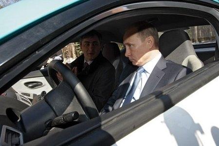Путин в салоне Ё-Мобиля, «Ново-Огарево» 2011